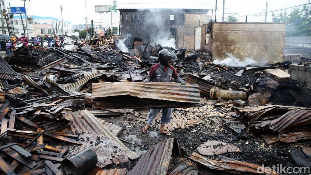 Warga Mengais Sisa Kebakaran Lapak Limbah Kayu di Bekasi