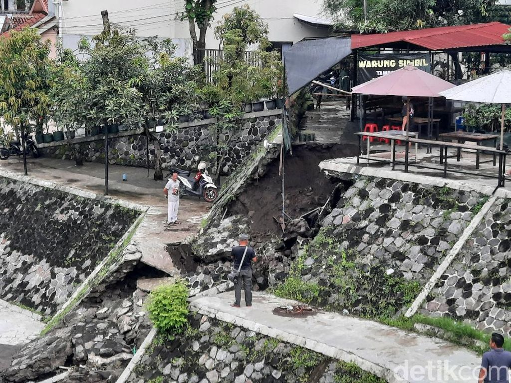 Hujan Lebat, Talut Embung Tambakboyo Sleman Longsor