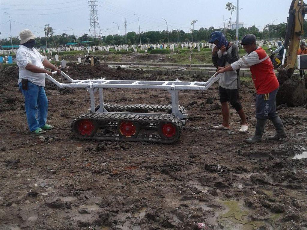 Troli Jenazah Beroda Tank Ini Mudahkan Pemakaman Jenazah COVID-19