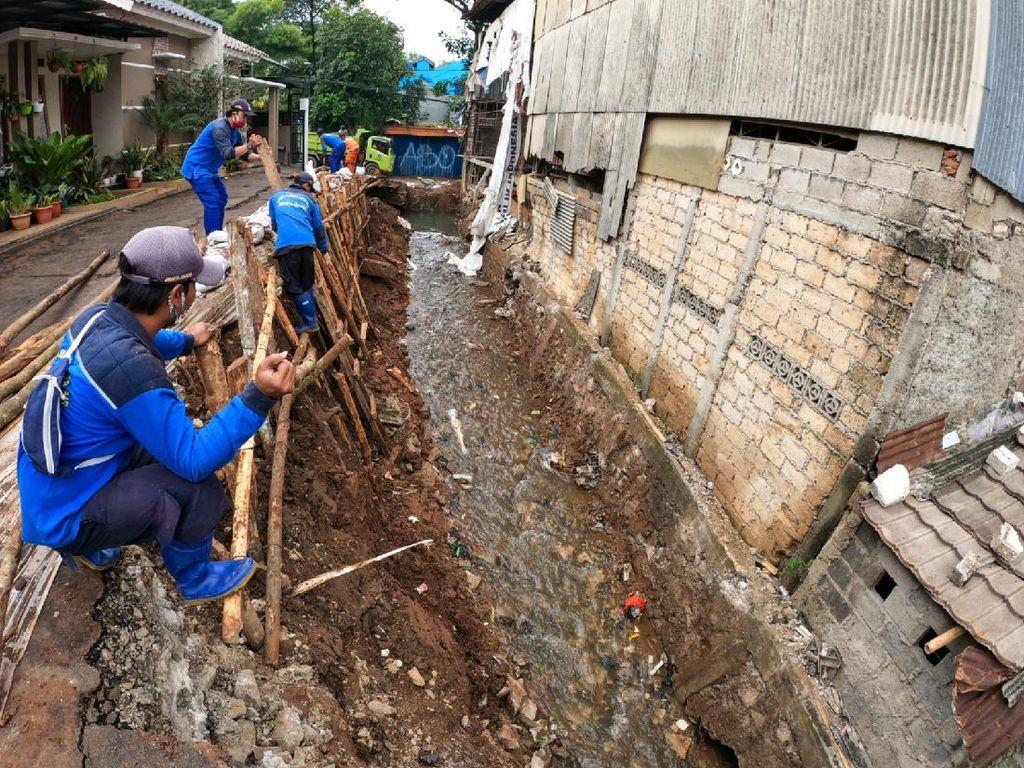 Aksi Pasukan Biru Perbaiki Turap Longsor di Jagakarsa