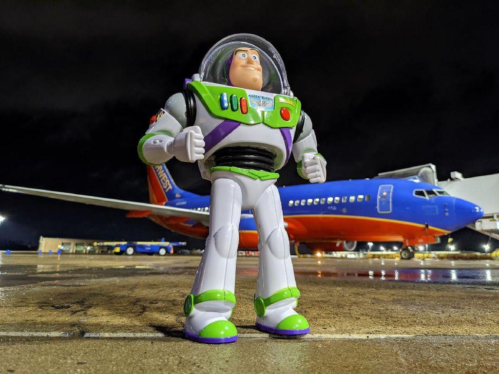 Berkat Kebaikan Tenaga Kebersihan Pesawat, Bocah Ini Dapatkan Mainannya Lagi