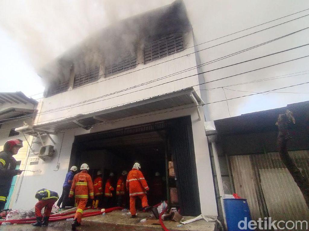 Gudang Barang Pecah Belah di Surabaya Terbakar, Asap Hitam Membumbung Tinggi