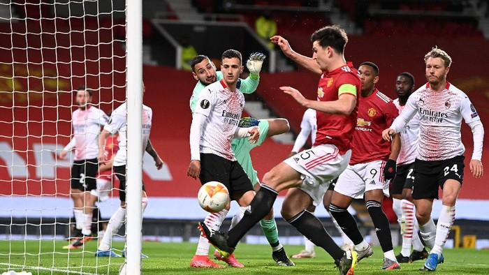 MANCHESTER, ENGLAND - MARCH 11: Gianluigi Donnarumma of A.C. Milan looks on as Harry Maguire of Manchester United misses a chance during the UEFA Europa League Round of 16 First Leg match between Manchester United and A.C. Milan at Old Trafford on March 11, 2021 in Manchester, England. Sporting stadiums around the UK remain under strict restrictions due to the Coronavirus Pandemic as Government social distancing laws prohibit fans inside venues resulting in games being played behind closed doors. (Photo by Laurence Griffiths/Getty Images)