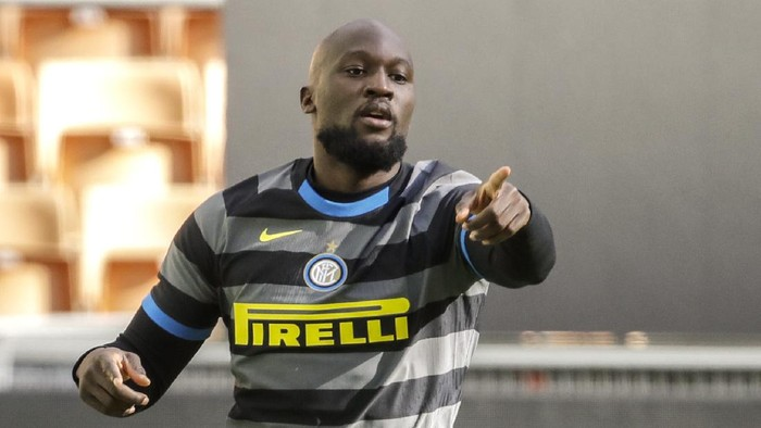 Inter Milans Romelu Lukaku celebrates after scoring his sides first goal during a Serie A soccer match between Inter Milan and Genoa at the San Siro stadium in Milan, Italy, Sunday, Feb. 28, 2021. (AP Photo/Luca Bruno)