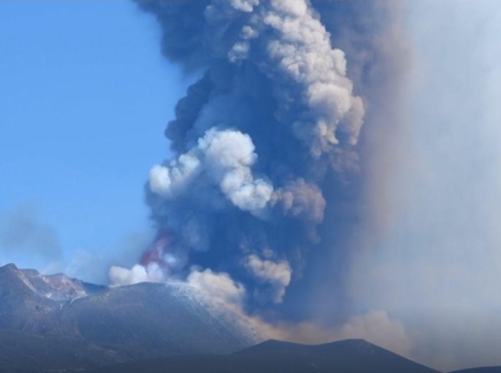 Melihat Lebih Dekat Semburan Lava Pijar Gunung Etna Italia