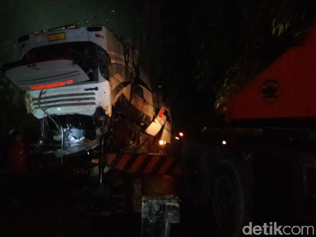 Melihat Evakuasi Bus Maut yang Tewaskan 29 Orang di Sumedang