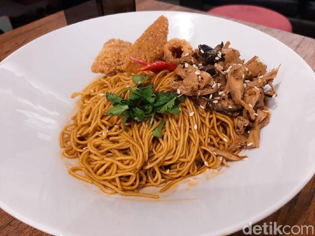 Nikmatnya Makan Mie Yamin Shitake Ditemani Musik Piringan Hitam