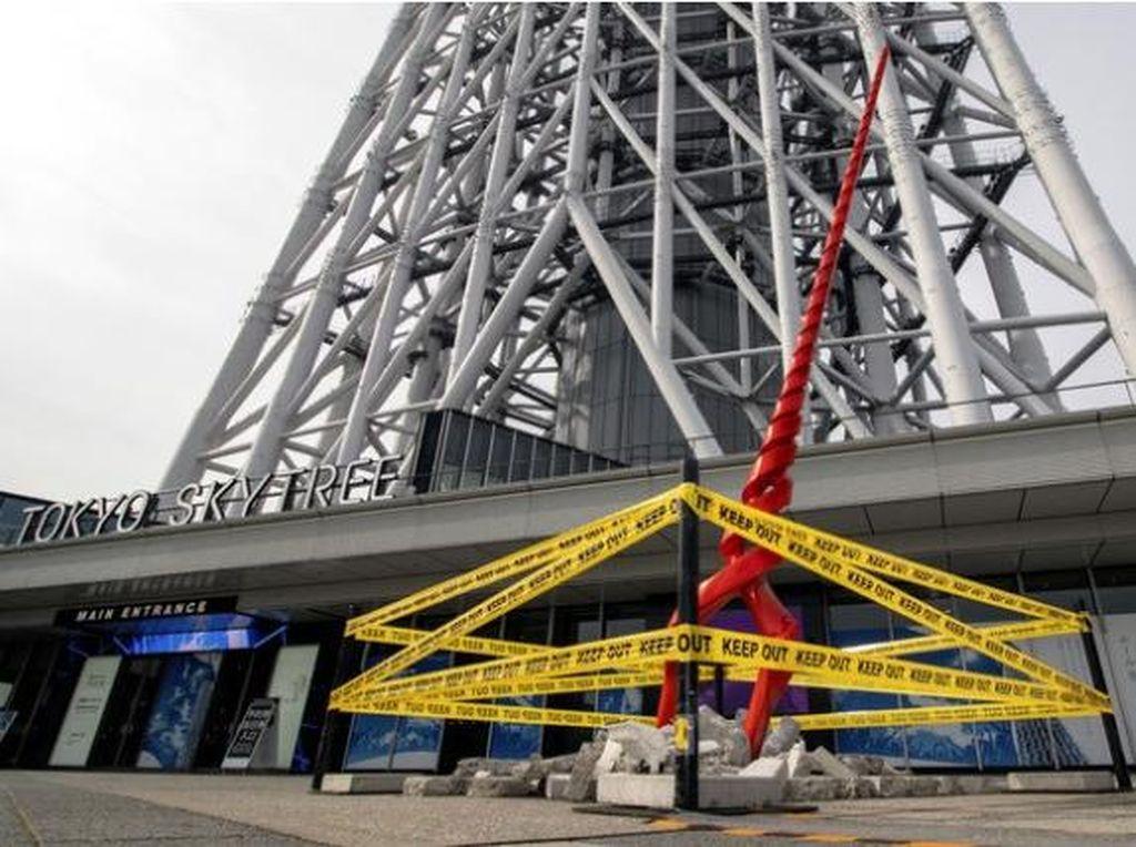 Ada Tombak Raksasa Nyasar di Depan Tokyo Skytree