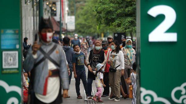 Pengunjung memadati kawasan wisata Malioboro, Yogyakarta, Kamis (11/3/2021). Libur Isra Miraj 2021 kawasan Malioboro yang merupakan destinasi wisata andalan di Yogyakarta padat pengunjung. ANTARA FOTO/Andreas Fitri Atmoko/rwa.