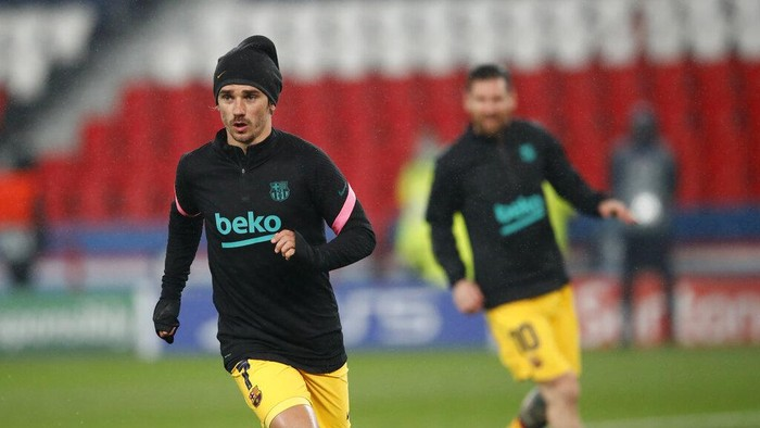 Barcelona's Antoine Griezmann warms up ahead of the Champions League, round of 16, second leg soccer match between Paris Saint-Germain and FC Barcelona at the Parc des Princes stadium in Paris, Wednesday, March 10, 2021. (AP Photo/Christophe Ena)