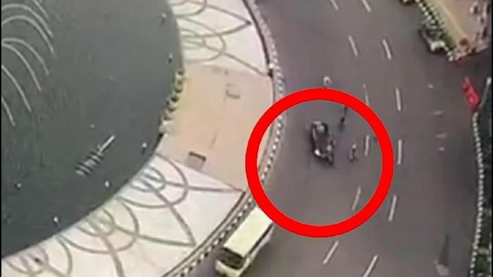 Seorang pesepeda ditabrak mobil di Bundaran HI, Jakarta Pusat pada Jumat (12/3/2021). Saat ini pengemudi mobil telah ditangkap.