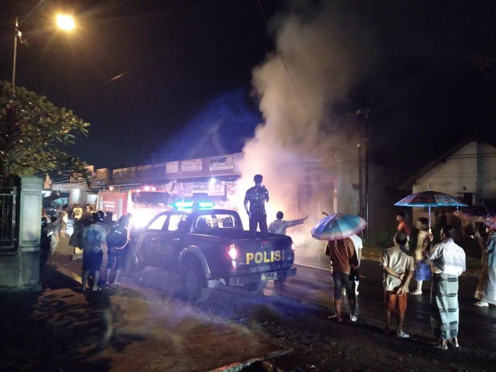 Mobil BMW Tiba-tiba Terbakar di Pinggir Jalan Jember, 5 Penumpang Selamat