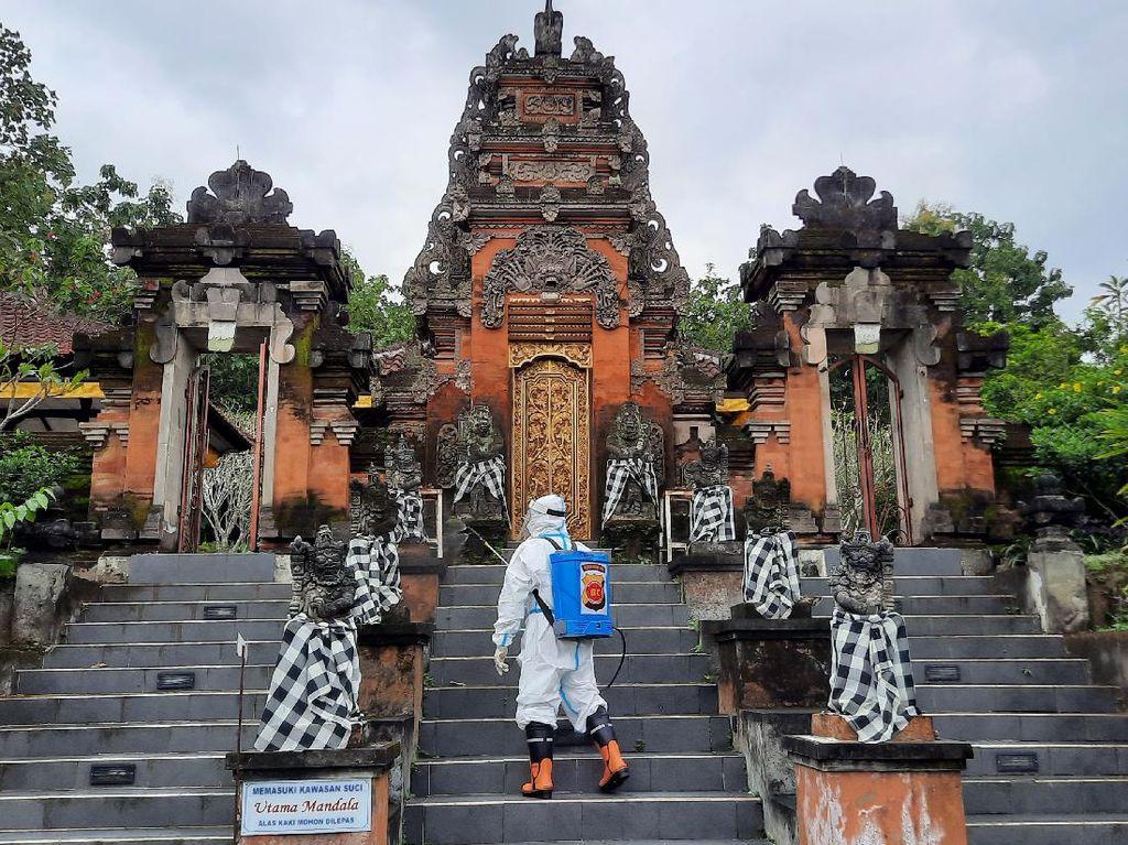 Jelang Nyepi, Pura Luhur Dwijawarsa Kota Malang Disemprot Disinfektan