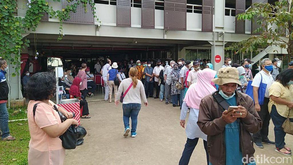 Semrawut Info Sentra Vaksinasi di Istora, Bikin Bingung Lansia Luar DKI