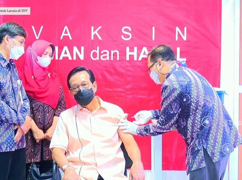 Disuntik Vaksin Corona, Sultan Yogya Ajak Lansia Ikut Vaksinasi