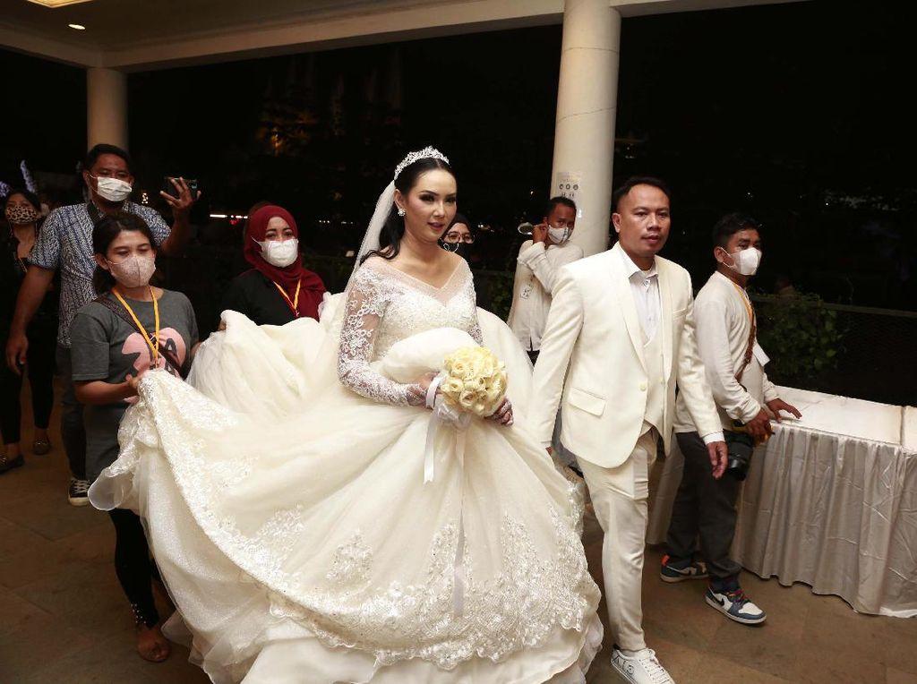 Takluknya Sang Gladiator Vicky Prasetyo di Pelukan Kalina Oktarani