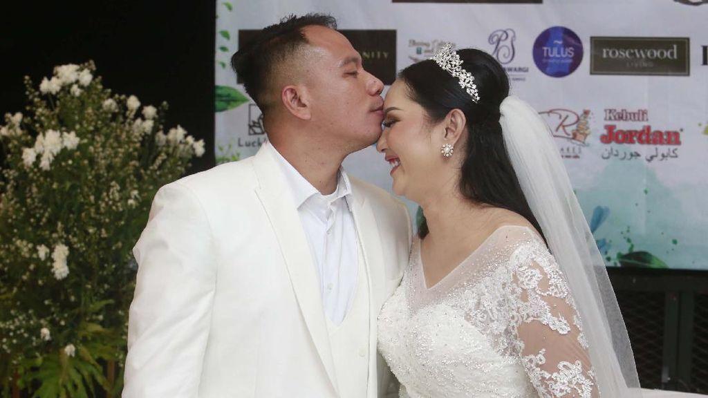 Sah Menikah, Vicky Prasetyo Cium Kening Kalina Oktarani