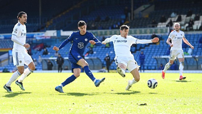 LEEDS, ENGLAND - MARCH 13: Kai Havertz of Chelsea shoots during the Premier League match between Leeds United and Chelsea at Elland Road on March 13, 2021 in Leeds, England. Sporting stadiums around the UK remain under strict restrictions due to the Coronavirus Pandemic as Government social distancing laws prohibit fans inside venues resulting in games being played behind closed doors. (Photo by Laurence Griffiths/Getty Images)