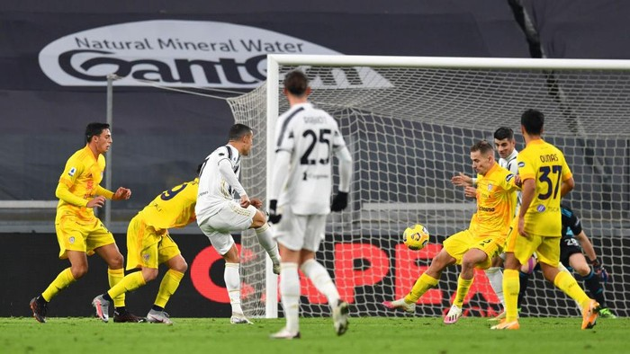 TURIN, ITALY - NOVEMBER 21: Cristiano Ronaldo of Juventus scores his teams first goal during the Serie A match between Juventus and Cagliari Calcio at Allianz Stadium on November 21, 2020 in Turin, Italy. Football Stadiums around Europe remain empty due to the Coronavirus Pandemic as Government social distancing laws prohibit fans inside venues resulting in fixtures being played behind closed doors. (Photo by Valerio Pennicino/Getty Images)