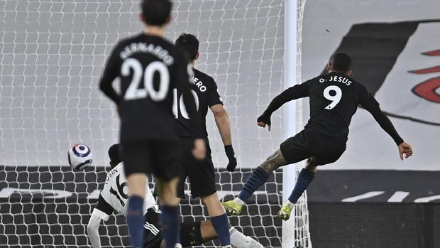Manchester City's Gabriel Jesus, right, scores his side's second goal during an English Premier League soccer match between Fulham and Manchester City at the Craven Cottage stadium in London, England, Saturday March 13, 2021. (Justin Setterfield/Pool via AP)