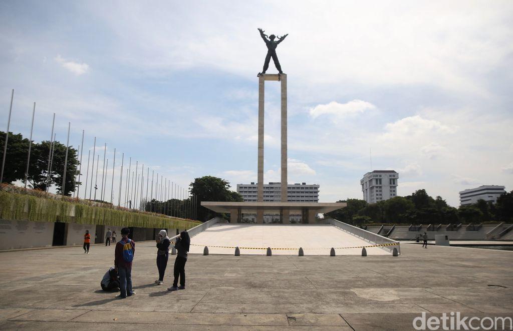 Taman Lapangan Banteng kembali dibuka untuk umum. Kembali dibuka untuk umum sejak Sabtu (13/3) kemarin, tak sedikit warga yang datang untuk beraktivitas di sana