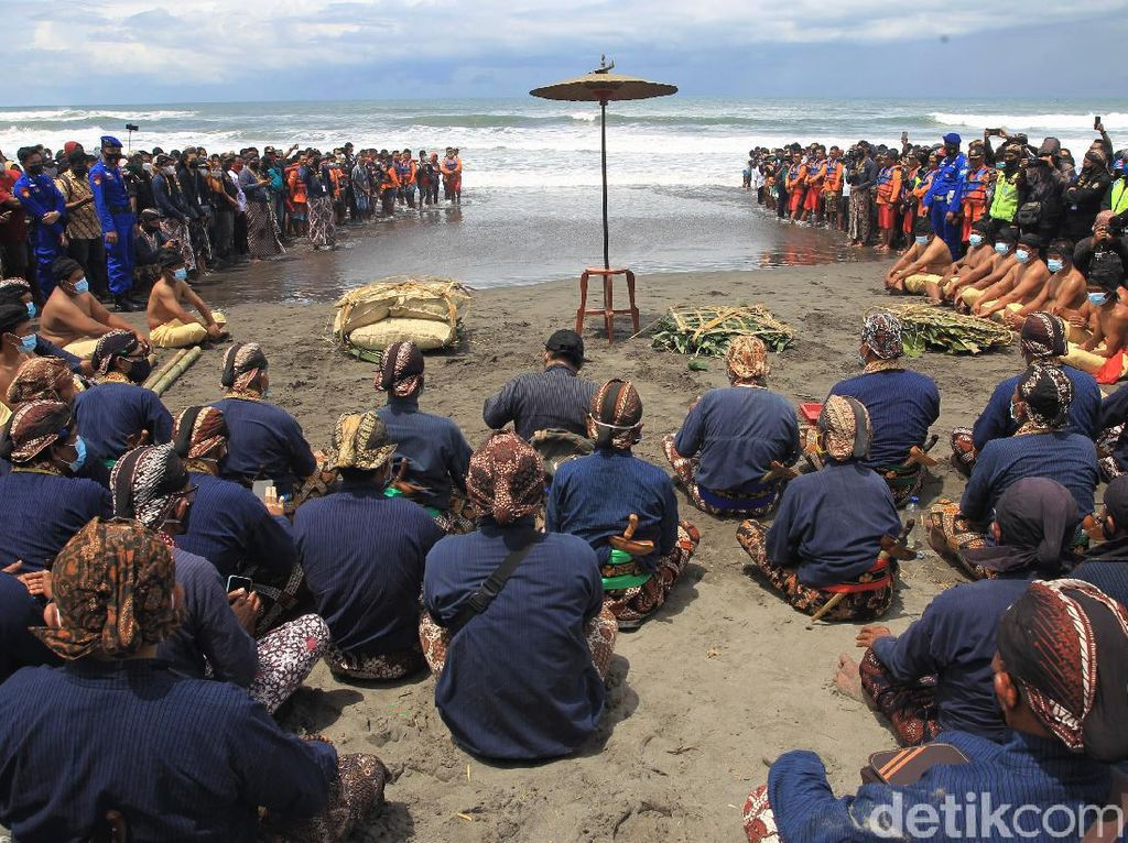 Melihat Lebih Dekat Prosesi Labuhan di Pantai Parangkusumo