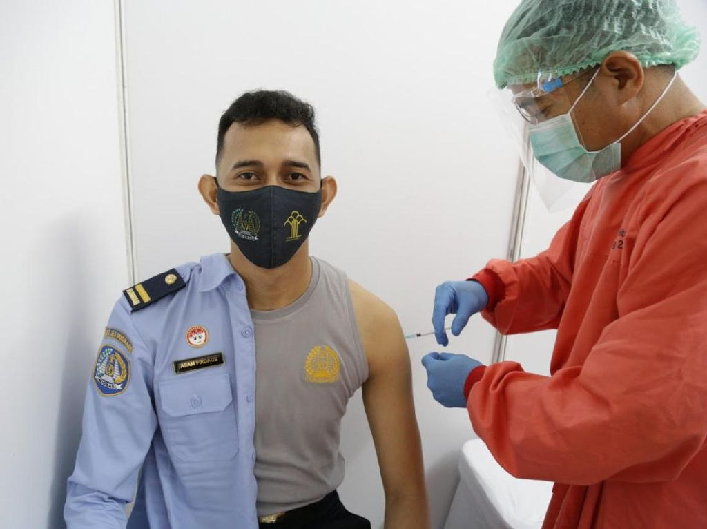 Risiko Terpapar COVID-19 Tinggi, 914 Petugas Imigrasi di DKI Divaksinasi