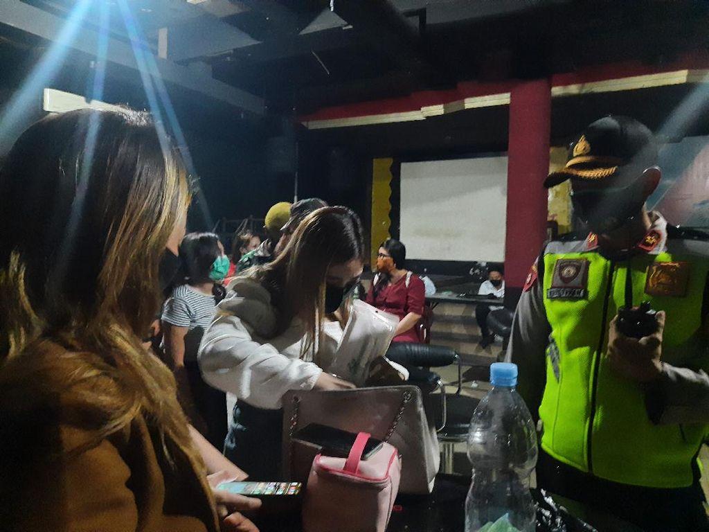 Pengusaha Karaoke-Panti Pijat Surabaya Harus Bayar Rp 100 Juta Jika Ingin Buka