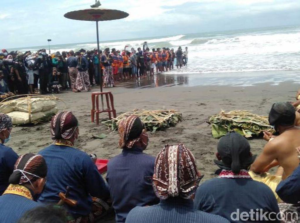 Foto: Ritual Labuhan, Doa Bersama di Pantai Parangkusumo