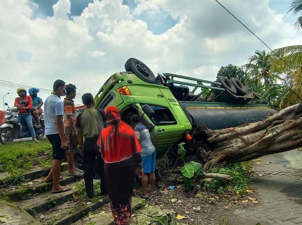 Bahu Jalan di Sidoarjo Ambles, Truk Muat HCL Terguling