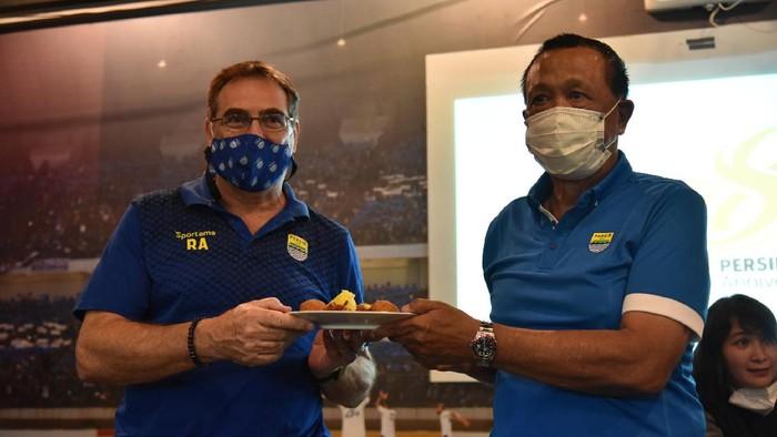 Komisaris PT Persib Bandung Bermartabat Umuh Muchtar dan pelatih Robert Albert di hari ulang tahun Persib Bandung.