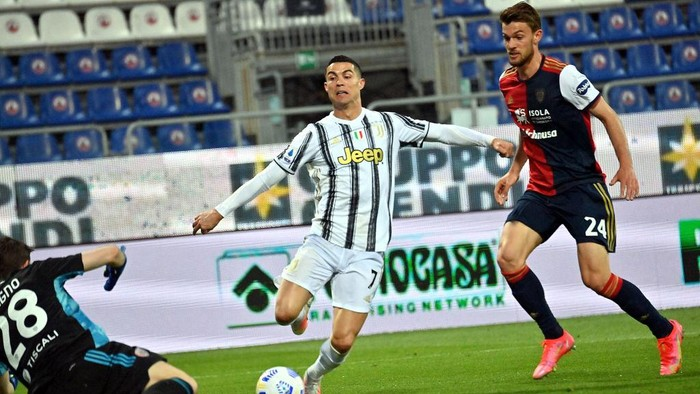 CAGLIARI, ITALY - MARCH 14: Daniele Rugani of Cagliari in contrast with Cristiano Ronaldo of Juventus  during the Serie A match between Cagliari Calcio  and Juventus at Sardegna Arena on March 14, 2021 in Cagliari, Italy. (Photo by Enrico Locci/Getty Images)