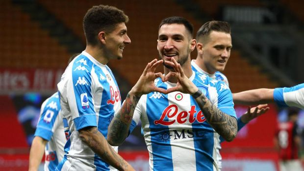 MILAN, ITALY - MARCH 14: Matteo Politano of Napoli celebrates after scoring their side's first goal during the Serie A match between AC Milan and SSC Napoli at Stadio Giuseppe Meazza on March 14, 2021 in Milan, Italy. Sporting stadiums around Italy remain under strict restrictions due to the Coronavirus Pandemic as Government social distancing laws prohibit fans inside venues resulting in games being played behind closed doors. (Photo by Marco Luzzani/Getty Images)