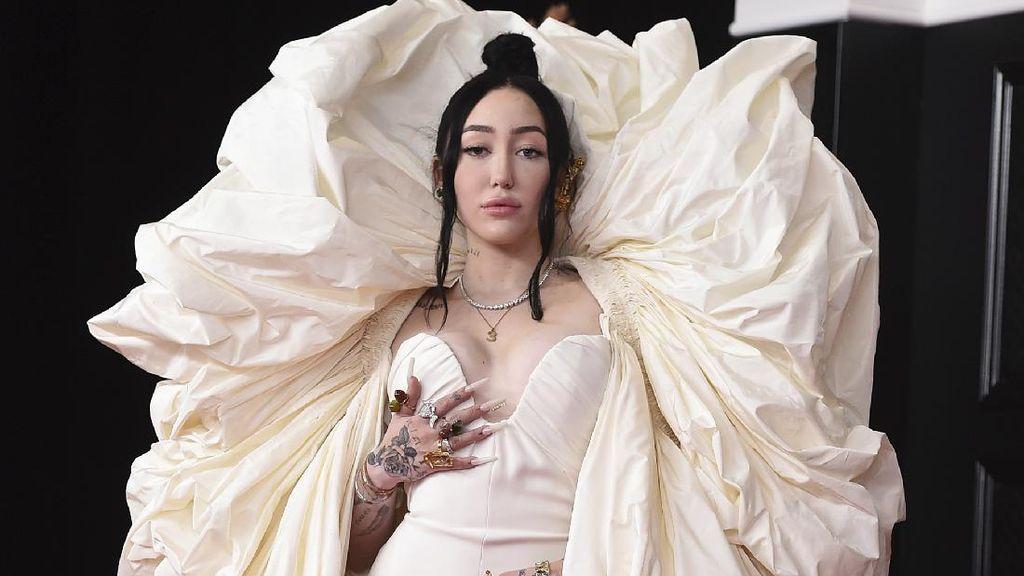 7 Artis Berbusana Terburuk di Grammy Awards 2021