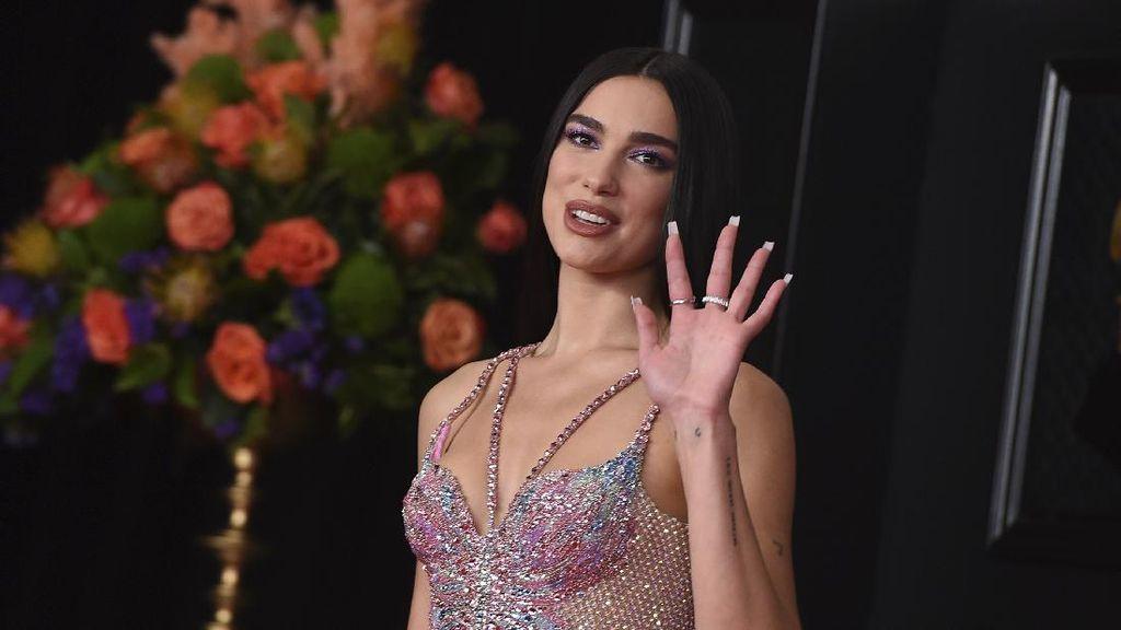 5 Gaya Seksi Dua Lipa Pakai Gaun Versace Menarawang di Grammy 2021