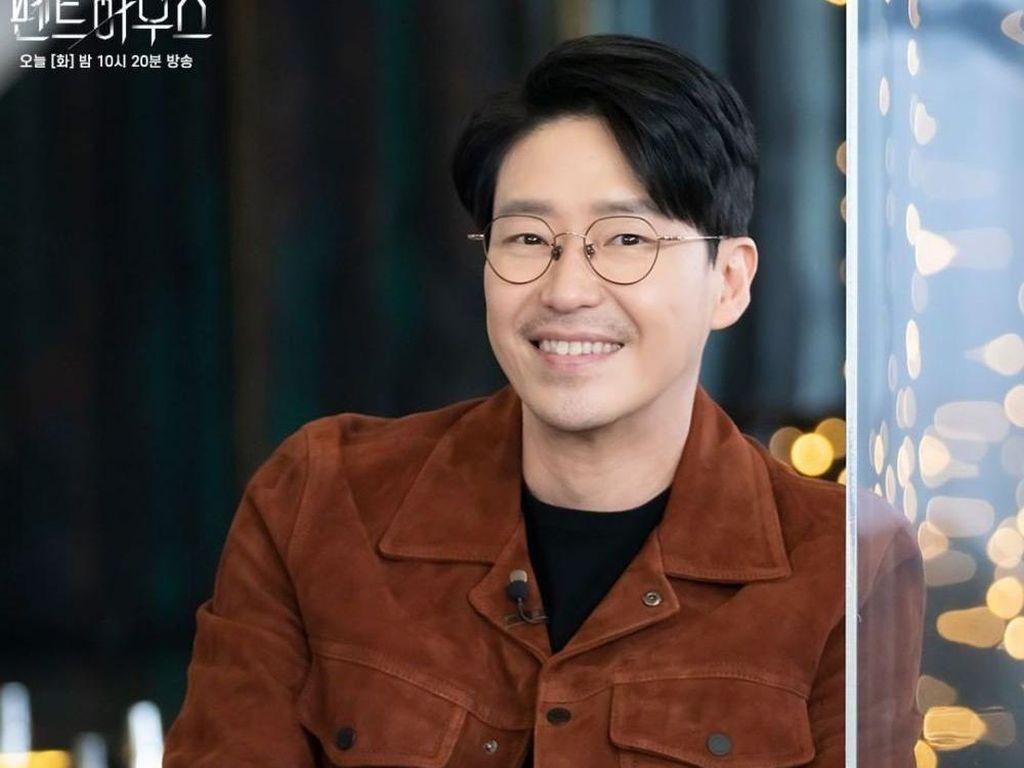 10 Potret Muda Uhm Ki Joon, Gantengnya Bintang The Penthouse Season 3