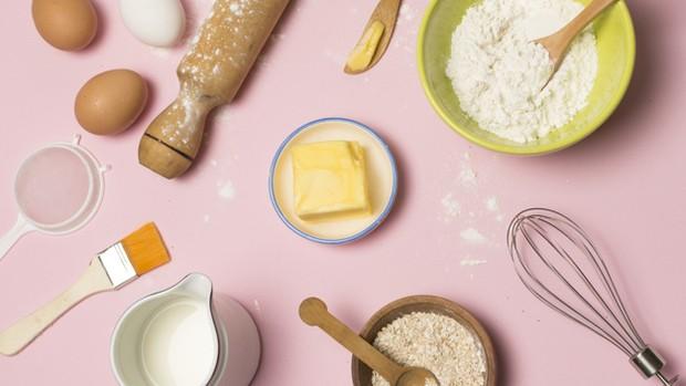 Berbagai bahan yang dibutuhkan untuk membuat resep dorayaki.