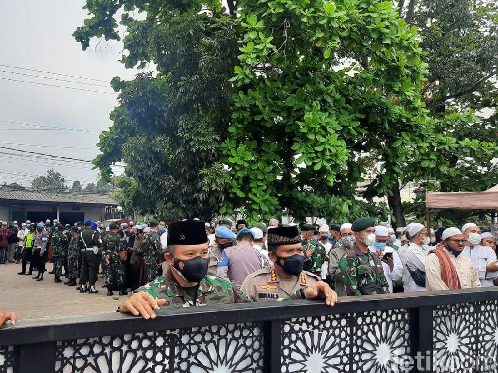 Pelayat Meluber, Polisi-TNI Batasi Jemaah ke Makam Habib Musthofa