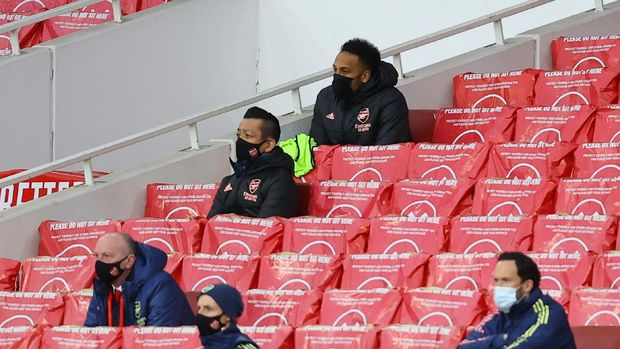 LONDON, ENGLAND - MARCH 14: Pierre Emerick Aubameyang of Arsenal looks on from the substitutes stand during the Premier League match between Arsenal and Tottenham Hotspur at Emirates Stadium on March 14, 2021 in London, England. Sporting stadiums around the UK remain under strict restrictions due to the Coronavirus Pandemic as Government social distancing laws prohibit fans inside venues resulting in games being played behind closed doors. (Photo by Julian Finney/Getty Images)