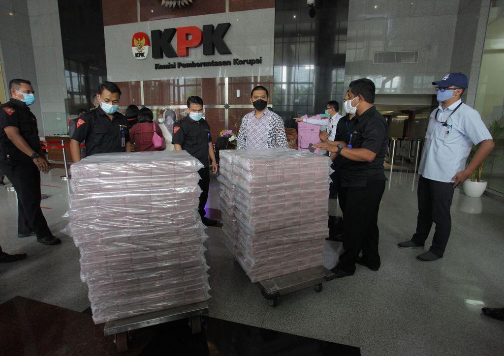 Petugas memperlihatkan uang pecahan seratus ribu rupiah barang sitaan  kasus dugaan suap terkait izin ekspor benih lobster di Gedung Merah Putih KPK, Jakarta, Senin (15/3/2021). KPK menyita uang tunai sekitar Rp52,3 miliar dalam kasus dugaan suap terkait izin ekspor benih lobster atau benur di Kementerian Kelautan dan Perikanan (KKP) yang menjerat mantan Menteri KKP Edhy Prabowo.  ANTARA FOTO/ Reno Esnir/hp.