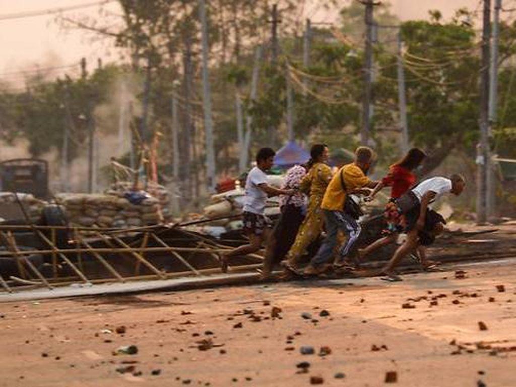 Pabrik China di Myanmar Dijarah-Dibakar, Belanda Tunda Vaksin AstraZeneca