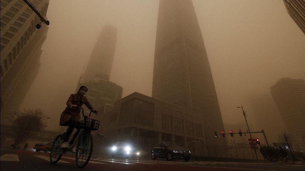Gegara Badai Pasir, China Diselimuti Kabut Kuning Berbahaya