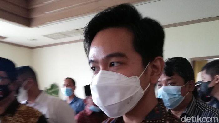 Wali Kota Solo, Gibran Rakabuming Raka, memberi keterangan soal rumor Kaesang Pangarep pemilik baru Persis Solo.