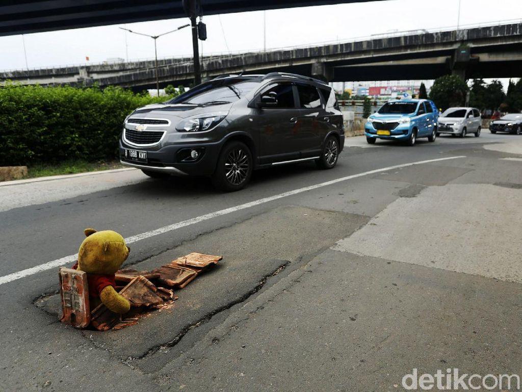 Jalan Ambles di Basuki Rachmat Ditutupi Boneka