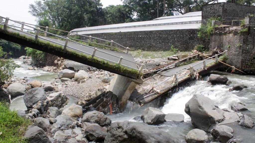 Waduh! Jembatan di Pasuruan Ambrol