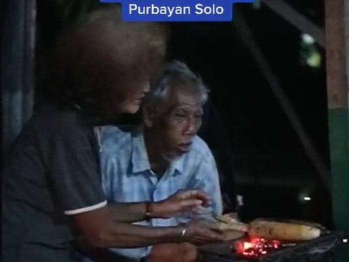 kakek nenek jualan jagung bakar sampai larut malam di solo