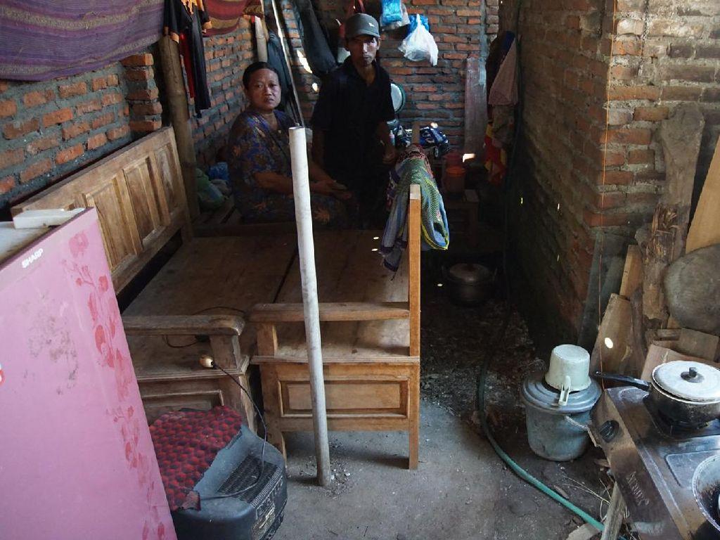 Rumah Dihancurkan Mantan Istri, Keluarga di Mojokerto Tinggal dalam Kandang Kambing