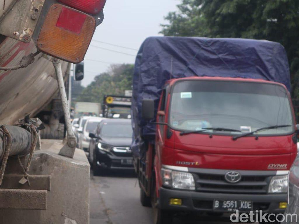 Jl Raya Legok Tangerang Macet: Truk-truk Berjejal, Traffic Light Mati