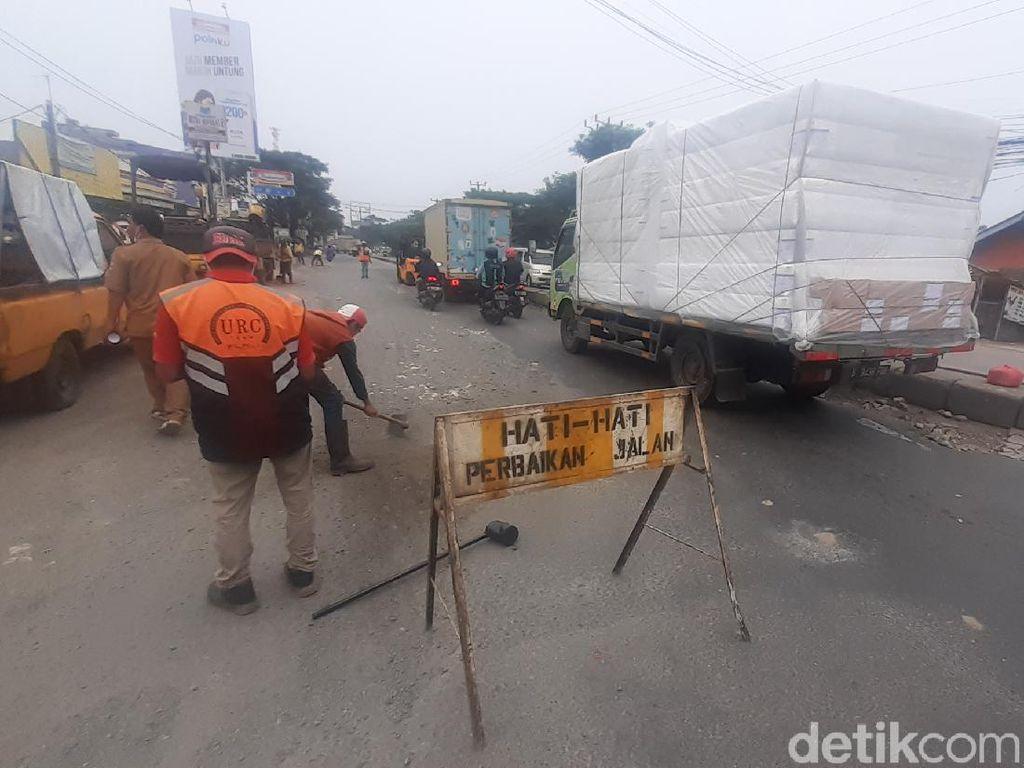Perbaikan Jl Industri Kabupaten Bekasi Dilanjut, Rambu-rambu Dipasang