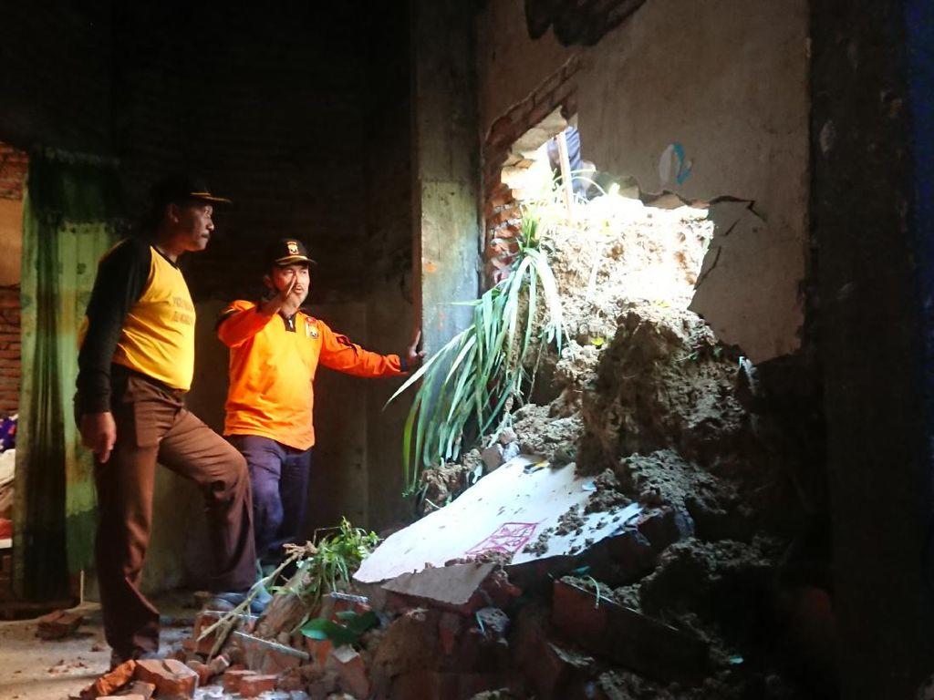 Tebing Setinggi 12 Meter Longsor, Rumah Warga di Tulungagung Jebol dan Retak